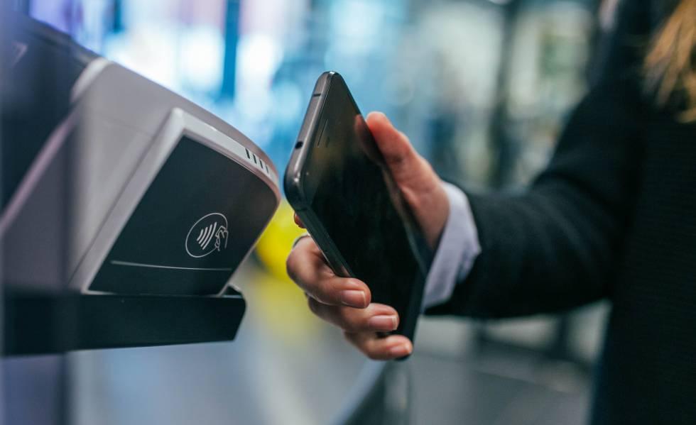 persona pagant amb NFC des del seu smartphone
