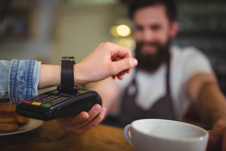 persona pagant amb NFC des del seu rellotge